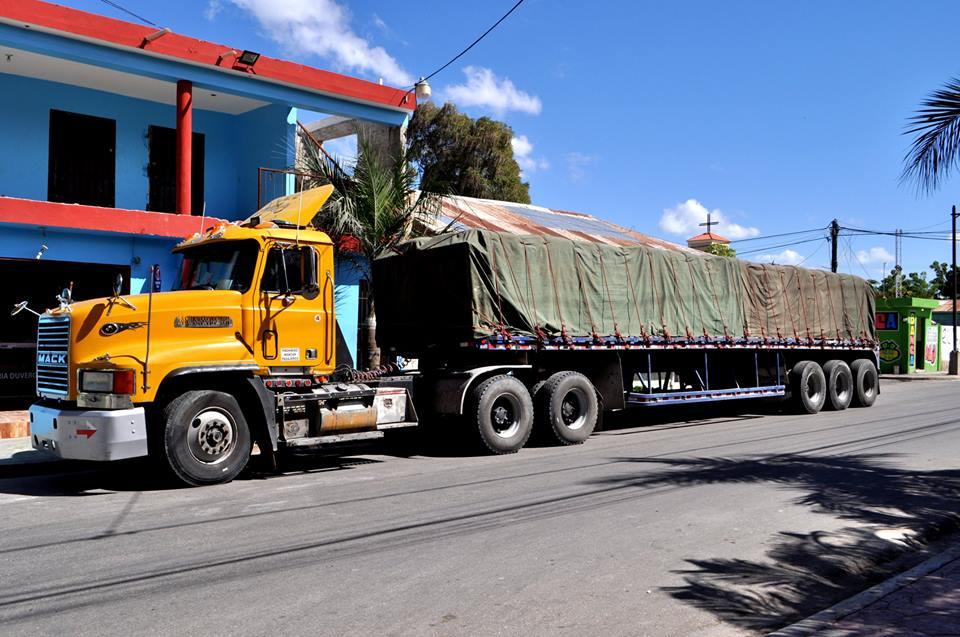 El Ayuntamiento recibe hoy otro furgón de materiales para continuar con el remozamiento y la construcción de aceras y contenes en los distintos sectores de Duvergé